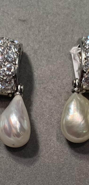 Brincos em platina e ouro cinza com diamantes e 4 pérolas naturais semi-barrocas, fabricadas em Paris entre 1955 e 1969 por Suzanne Belperron. Uma das Joalheiras preferidas da Directora da Moda&Moda.