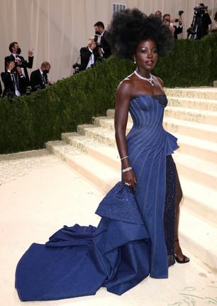 Lupita Nyong'o com um vestido Atelier Versace. No espírito do tema do evento, a vencedora do Oscar usou um vestido com detalhes em jeans, estilizado por Micaela Erlanger e com jóias com diamantes De Beers.
