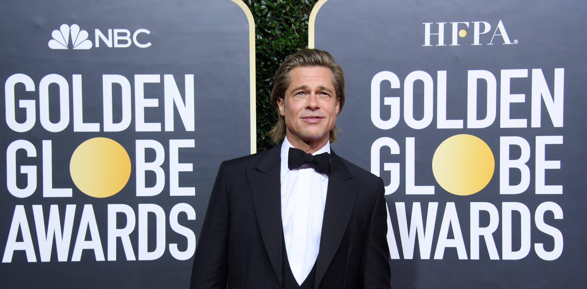 """Brad Pitt com smoking Brioni e jóias David Yurman e Fred Leighton.  Brad Pitt venceu um Golden Globe, como Melhor Actor Secundário no Filme: """"Once Upon a Time...in Hollywood"""", na passadeira vermelha do 77th Annual Golden Globe Awards, no Beverly Hilton em Beverly Hills, CA. Fotografia: HFPA Photographer."""
