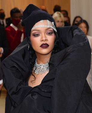 """Rihanna com um modelo Balenciaga Couture e disse que queria um look que parecesse muito poderosa, mas feminina, com um capuz preto, que é normalmente a peça pela qual, que são identificados, como negros"""",. Rihanna apresenta jóias BVLGARI e um anel Her 'Rebel Black Ring' por Thelma West Diamonds."""