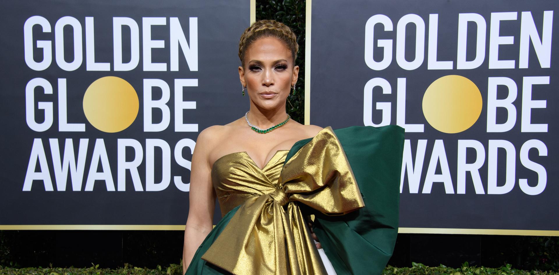"""Jennifer Lopez com um modelo Valentino e jóias Harry Winston.  Jennifer Lopez nomeada para um Golden Globe, como Melhor Actriz Secundária, no Filme: """"Hustlers"""", na passadeira vermelha do 76th Annual Golden Globe Awards, no Beverly Hilton em Beverly Hills, CA. Fotografia: HFPA Photographer."""