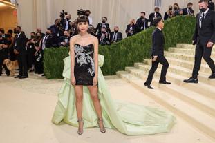 A actriz Gemma Chan, apresentou um modelo de Prabal Gurung com um bordado representando um dragão, estilizado por Rebecca Corbin-Murray, como uma forma de homenagear a actriz Anna May Wong, (conhecida como a primeira estrela dos anos 20 do cinema asiático-americano). Gemma Chan com jóias de Harry Winston.