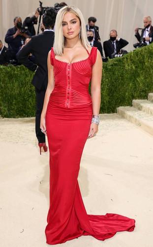 Addison Rae com um vestido vermelho vintage de Tom Ford para a colecção Gucci 2003 e com pulseiras de diamantes da De Beers.