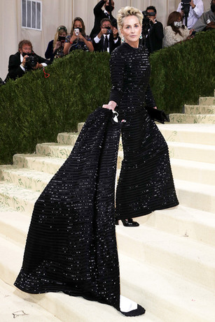 Sharon Stone com um vestido preto com brilhos brancos que foi desenhado por Thom Browne e com uns brincos fantásticos Chopard de esmeralda e diamante para completar o seu traje clássico e intemporal.