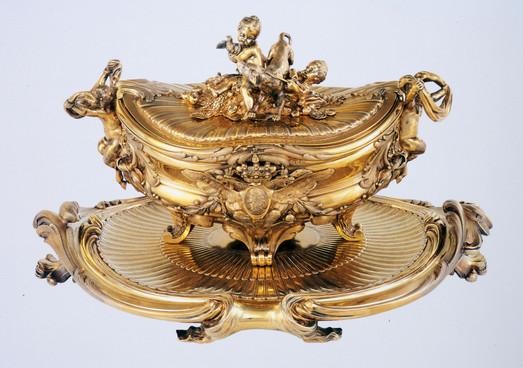 """Uma das terrinas do chamado """"Serviço de Paris"""", executado por François-Thomas Germain. (mestre em 1748), para Isabel I da Rússia. Paris, 1761. Prata dourada (vermeil)."""