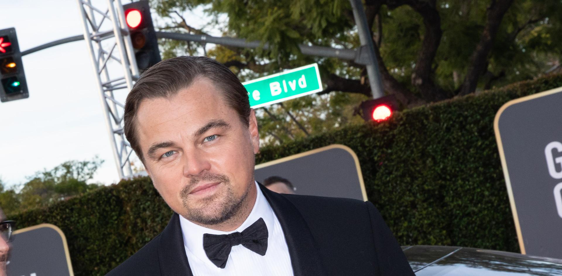 """Leonardo DiCaprio com sapatos Jimmy Choo e jóias David Yurman.  Leonardo DiCaprio foi nomeado para um Golden Globe, como Melhor Actor – Comédia / Musical: """"Once Upon a Time in Hollywood"""", na passadeira vermelha do 77th Annual Golden Globe Awards, no Beverly Hilton em Beverly Hills, CA. Fotografia: HFPA Photographer."""