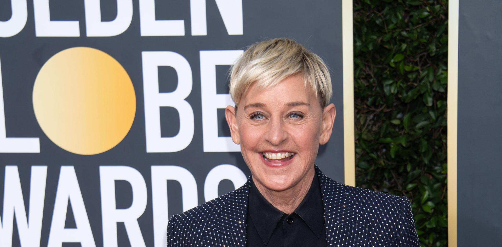 Ellen DeGeneres ganhou o  Carol Burnett Award, o qual homenageia notáveis da Televisão com um fato de calças Celine by Hedi Slimane e jóias de  Anita Ko na passadeira vermelha do 77th Annual Golden Globe Awards, no Beverly Hilton em Beverly Hills, CA.