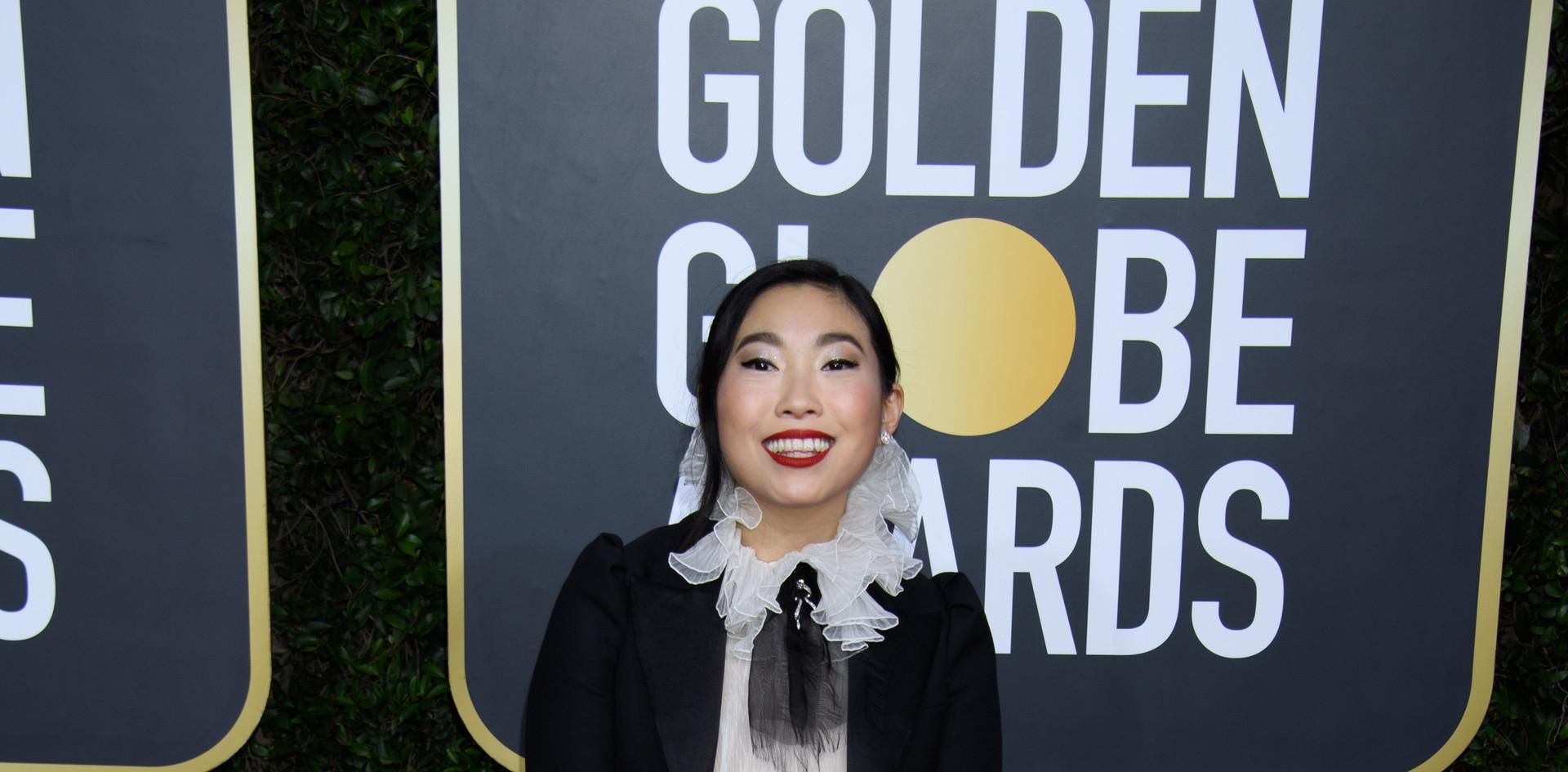 """Awkwafina com um modelo Dior Haute Couture, sapatos Stuart Weitzman e uma clutch Jimmy Choo   Awkwafina venceu um Golden Globe, como Melhor Actriz – Comédia / Musical pelo desempenho no Filme:""""The Farewell"""", na passadeira vermelha do 77th Annual Golden Globe Awards, no Beverly Hilton em Beverly Hills, CA. Fotografia: HFPA Photographer."""