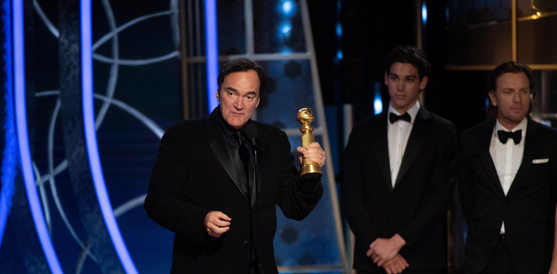 """Quentin Tarantino recebendo o Golden Globe pelo Melhor Argumento do Filme: """"Once Upon a Time...in Hollywood"""" na cerimónia da entrega dos Golden Globes no 76th Annual Golden Globes Awards no Beverly Hilton em Beverly Hills, CA. Fotografia: HFPA Photographer.     Alfonso Curaon recebendo o Golden Globe, pelo Melhor Filme, Estrangeiro: """"Roma"""" (MEXICO) dos apresentadores Antonio Banderas e Catherine Zeta-Jones"""