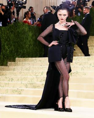 A actriz Maisie Williams, a estrela da Guerra dos Tronos com um vestido esculpido inspirado em The Matrix e desenhado por Thom Browne e  com jóias Cartier.