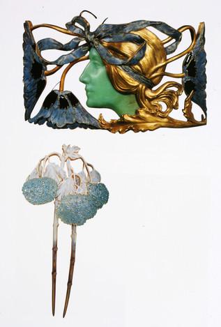 Placa de gargantilha Perfil feminino, França c. 1898-1900. Ouro esmaltes e crisoprásio. em baixo: Gancho Hortênsias, França c. 1902-1903. Chifre, ouro, esmalte e diamantes.