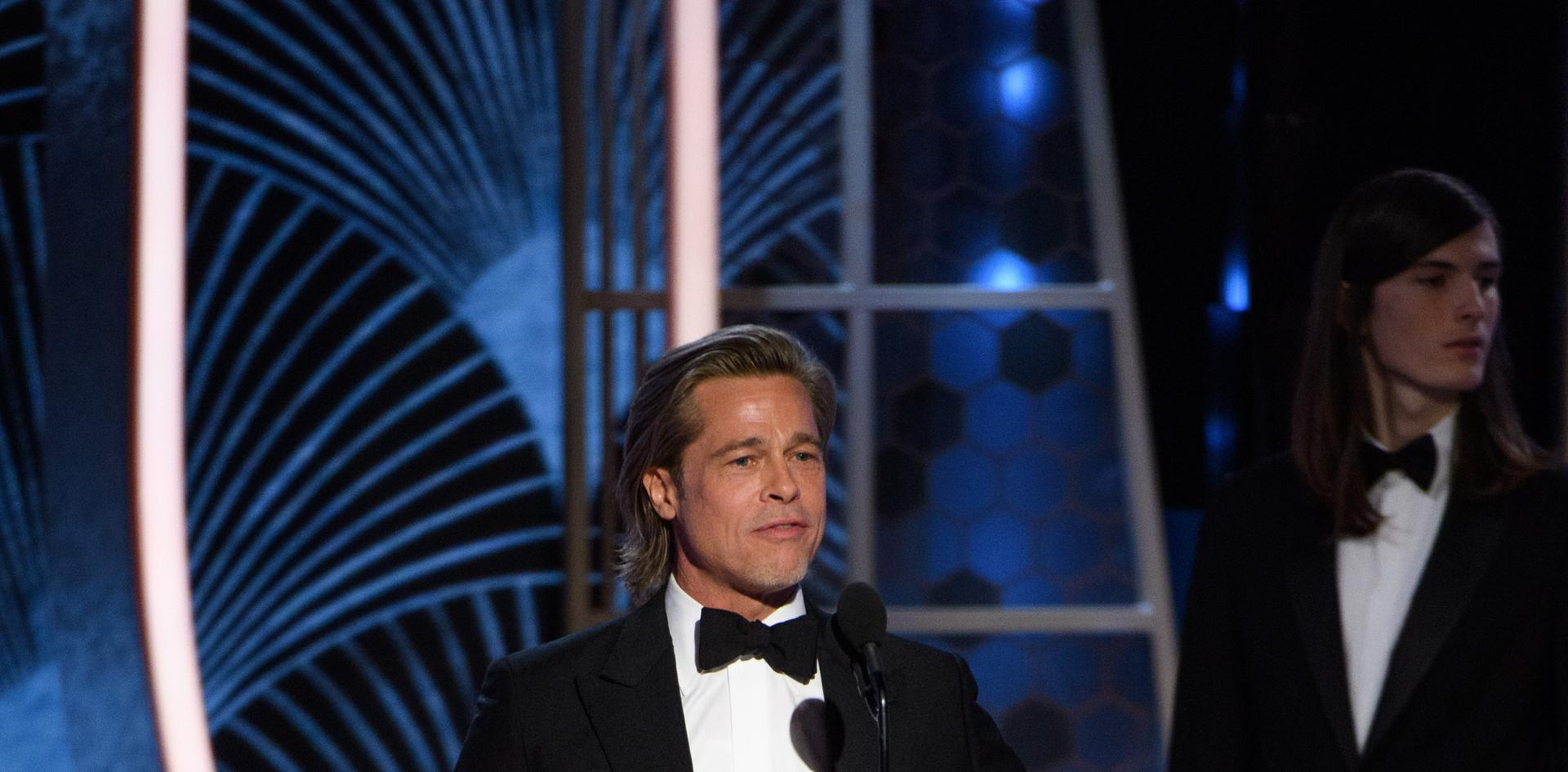 """Brad Pitt recebendo o Golden Globe, como Melhor Actor Secundário no Filme: """"Once Upon a Time...in Hollywood"""" na cerimónia da entrega dos Golden Globes no 77th Annual Golden Globes Awards no Beverly Hilton em Beverly Hills, CA. Fotografia: HFPA Photographer."""