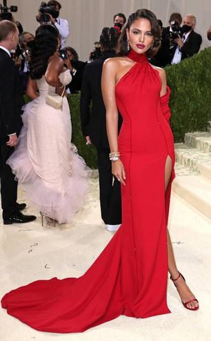 Eiza Gonzalez prestou homenagem a Ava Gardner inspirando-se nela com um vestido vermelho do Atelier Versace e com brincos de rubis e diamantes e uma pulseira em ouro Serpenti com rúbis e diamantes da Bulgari High Jewelry.