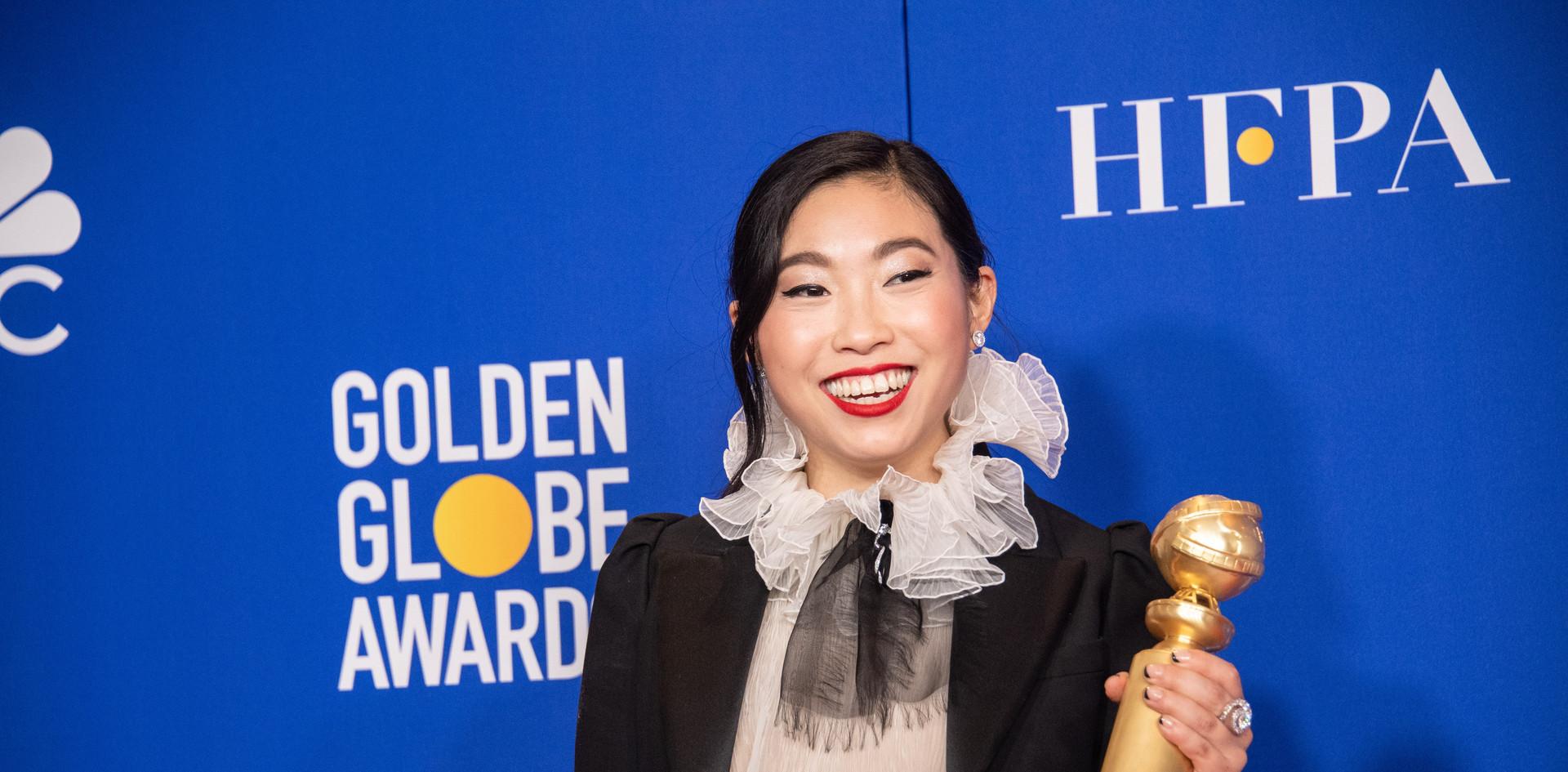 """A actriz Awkwafina com o Golden Globe, como Melhor Actriz - Comédia ou Musical pelo seu desempenho no Filme: """"The Farewell,"""" na Sala de Imprensa do 77th Annual Golden Globes Awards no Beverly Hilton em Beverly Hills, CA. Fotografia: HFPA Photographer."""