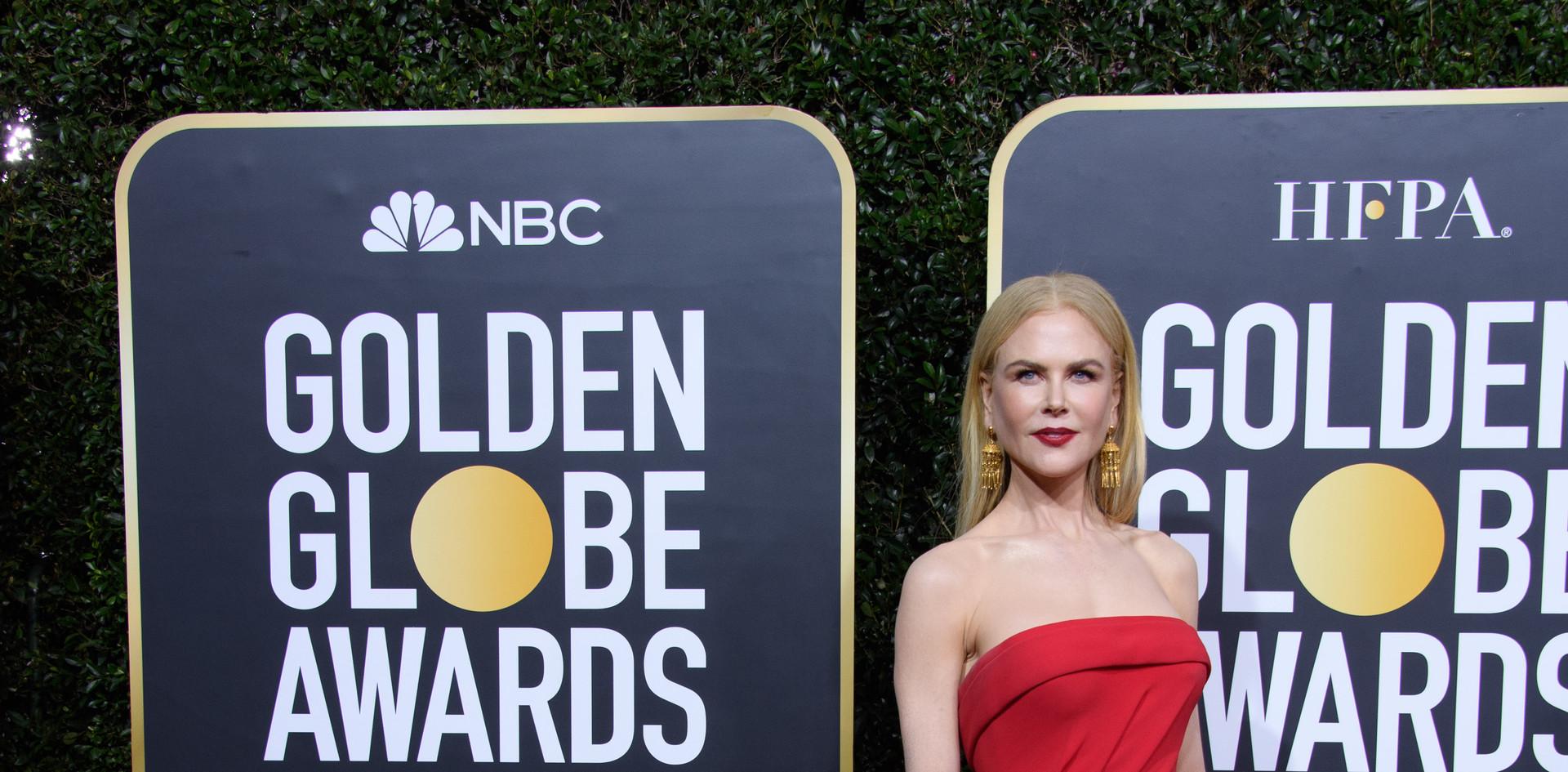 """Nicole Kidman, com um modelo Atelier Versace e jóias Omega e Fred Leighton.  Nicole Kidman nomeada para um Golden Globe, como Melhor Actriz em Série de Televisão – Drama pelo desempenho em """"Big Little Lies"""", na passadeira vermelha do 77th Annual Golden Globe Awards, no Beverly Hilton em Beverly Hills, CA. Fotografia: HFPA Photographer."""