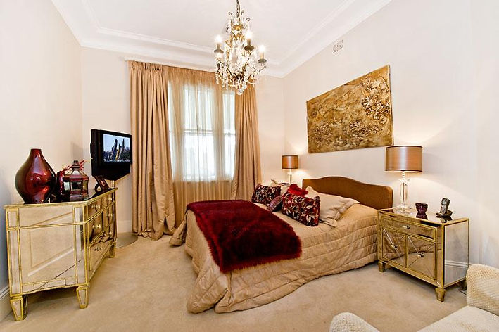 Traditional and modern mix in a bedroom design