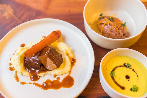 Linsensuppe* Glasierter Schweinehals mit Kartoffelstock* Schokoladenmousse