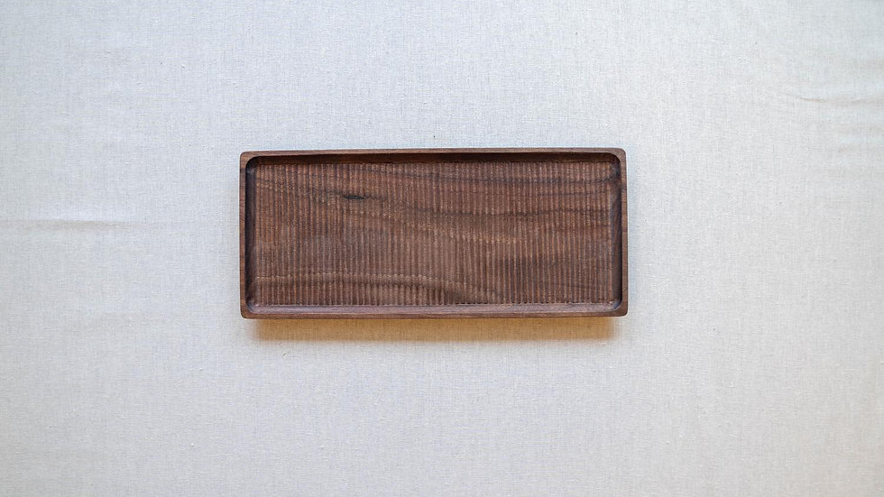 ウォールナットの長方平皿(木立彫り)