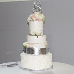 💍❤️ #givansweets #nakedcake #nakedweddingcake #silverleaf #silverleafcake #weddingcake #coconutcake