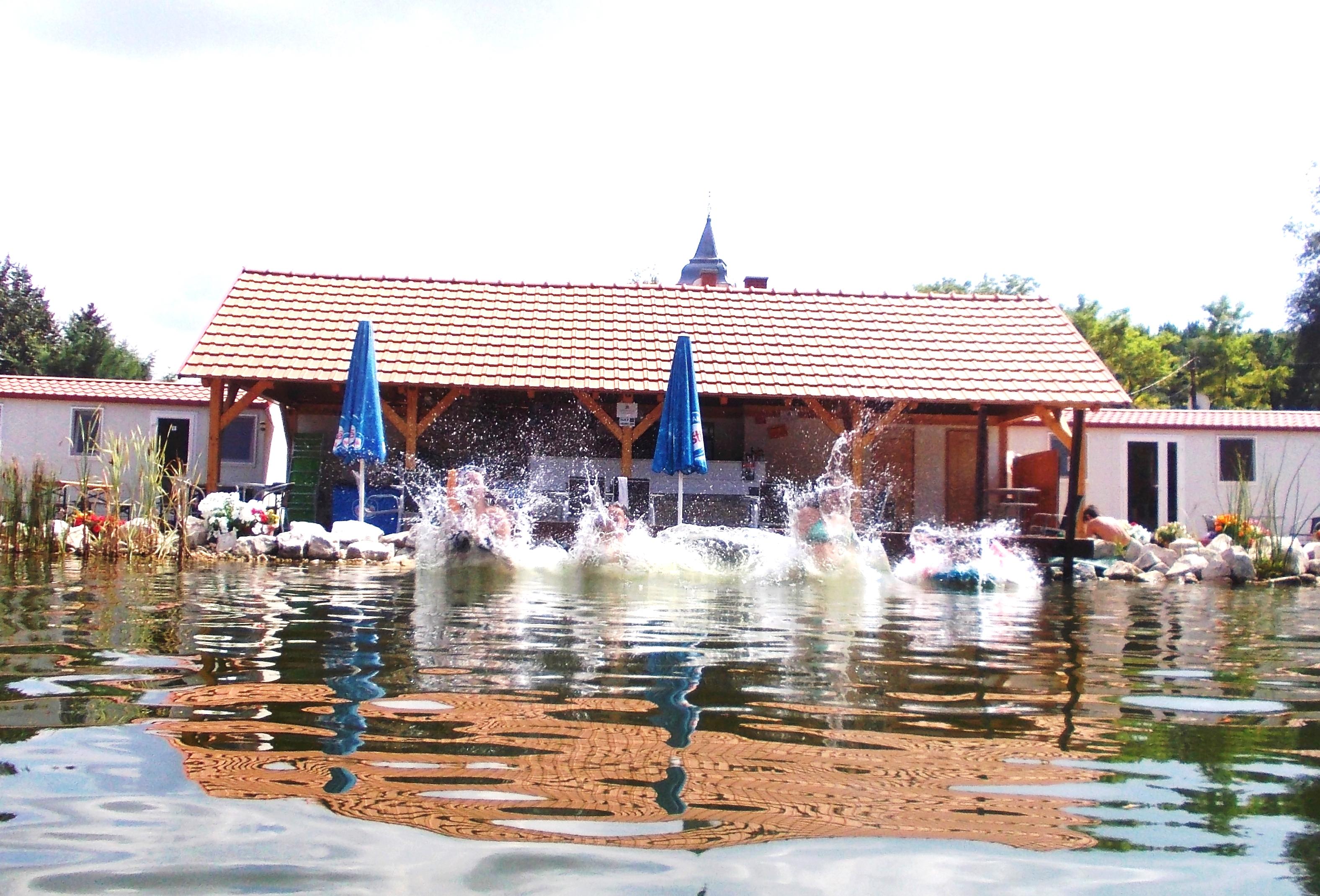 Büfénk közvetlenül a Fürdőtó partján