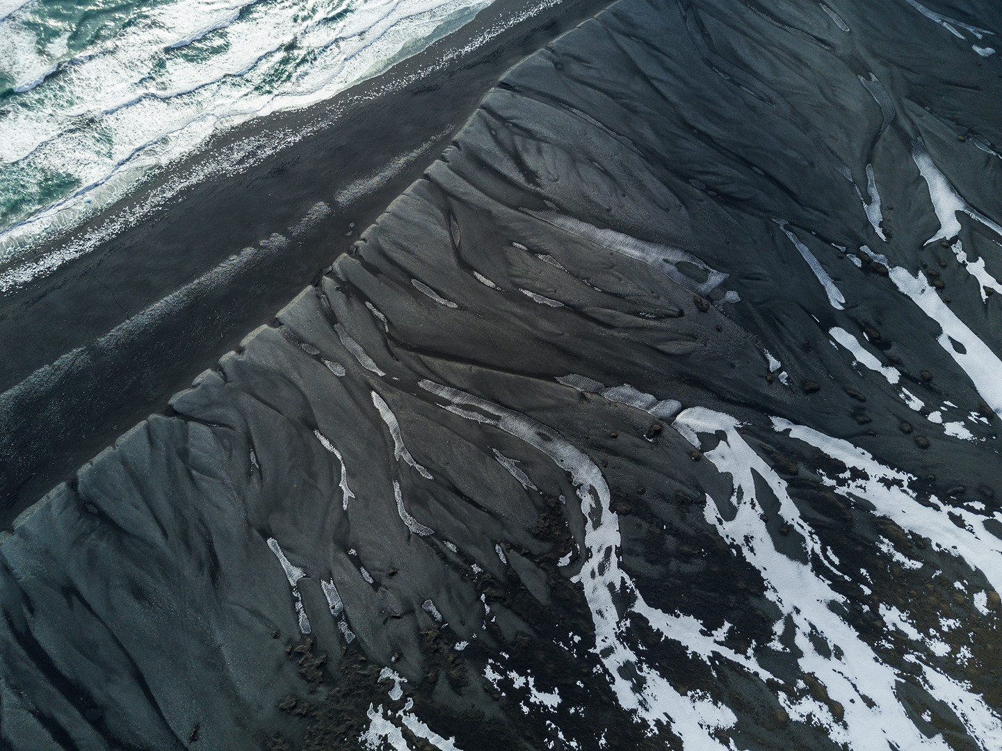 Islanda duna nera e mare.jpg
