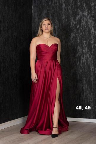 שמלת סטפרלס מחוך סופר מחמיאה בד משי סאטן נעים שסע צידי צבעים - בורדו מידות - 40, 46  לכל שאלה מוזמנת ללחוץ על כפתור הווטסאפ ולשלוח צילום מסך עם השמלה המבוקשת.