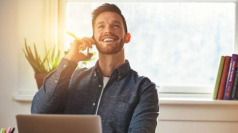 empreendedor-feliz-fecha-negocio-sucesso