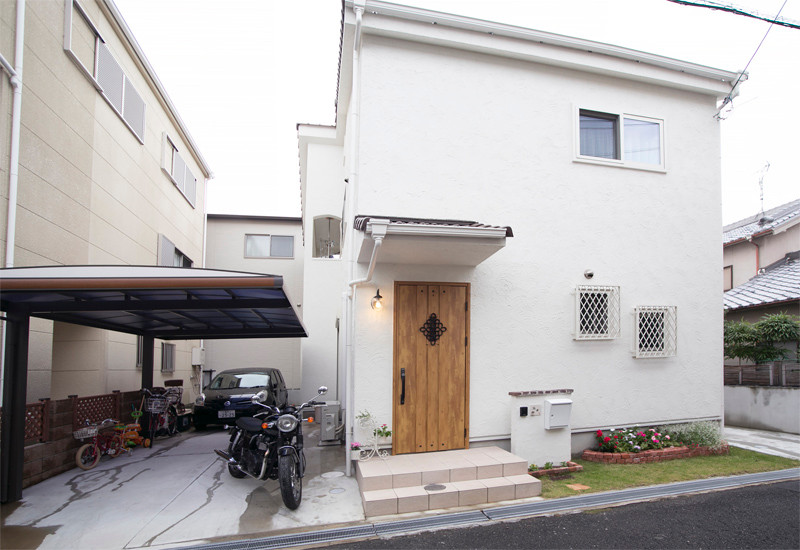 東大阪 0宣言の家 大阪 自由設計 健康住宅 自然素材の家 外観 国産陶器瓦 外断熱 断熱パネル工法 遮熱塗り壁 日射反射率72% カーポート