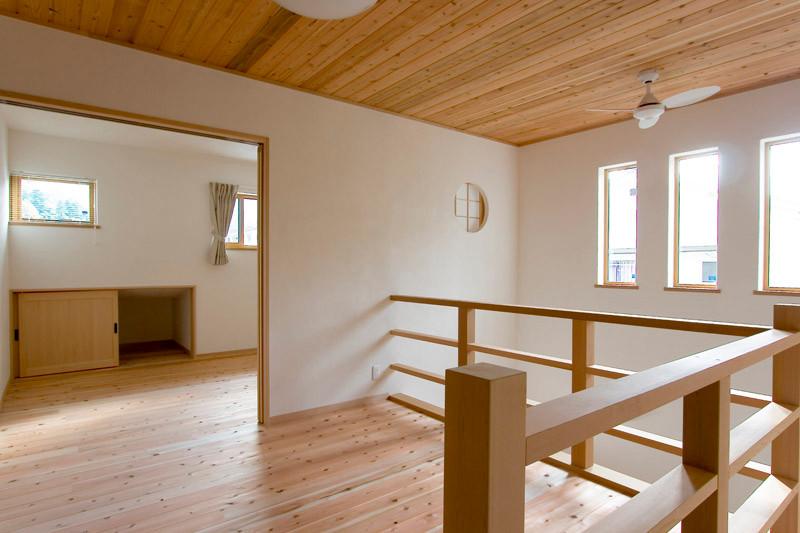 奈良 0宣言の家 出雲建築設計 大阪 東大阪 注文住宅 健康住宅 自然素材の家 2階ホール 無垢手摺り 格子 スペイン漆喰 内断熱 セルローズファイバー