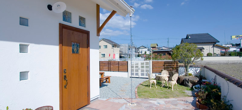 和歌山 0宣言の家 出雲建築設計 大阪 東大阪 健康住宅 自然素材の家 玄関アプローチ タイル 木製玄関扉 ガラスブロック 遮熱塗り壁