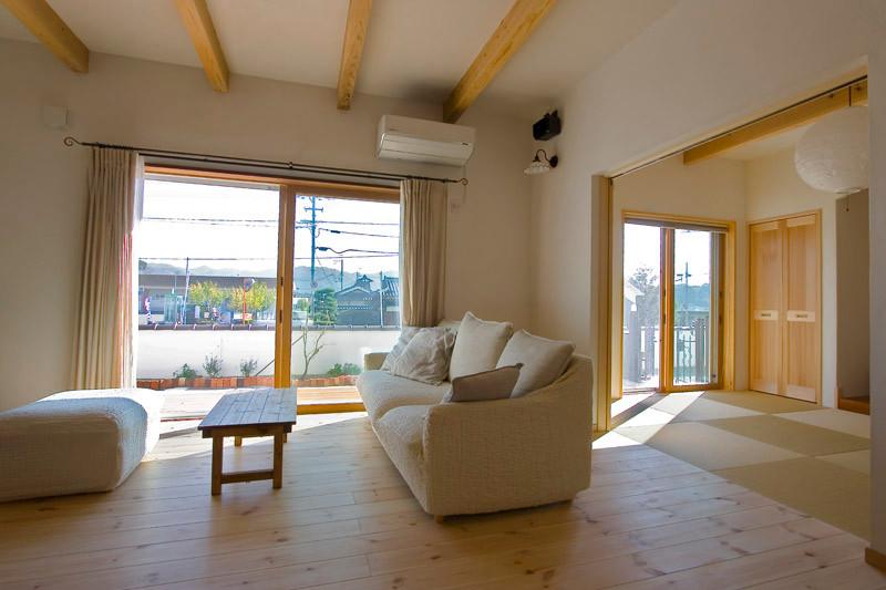和歌山 0宣言の家 出雲建築設計 健康住宅 自然素材の家 内観 リビング 無垢フローリング 化粧梁 調湿機能