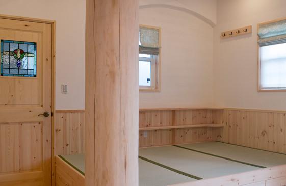 枚方 0宣言の家 出雲建築設計 大阪 東大阪 注文住宅 健康住宅 自然素材の家 化粧柱 大黒柱 小上がり畳コーナー 無垢ドア ステンドグラス