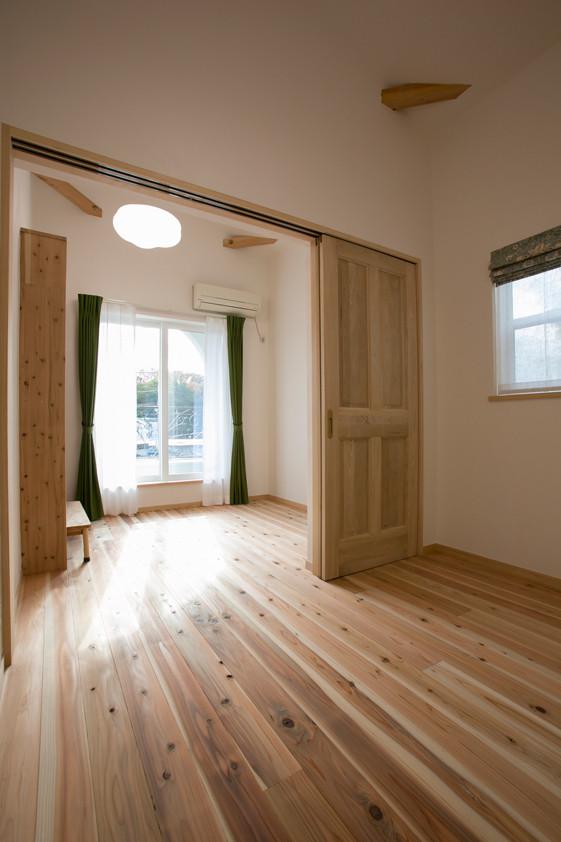 枚方 0宣言の家 出雲建築設計 大阪 東大阪 注文住宅 健康住宅 自然素材の家 洋室 無垢フローリング 奇跡の杉 低温乾燥 無垢扉 間仕切り
