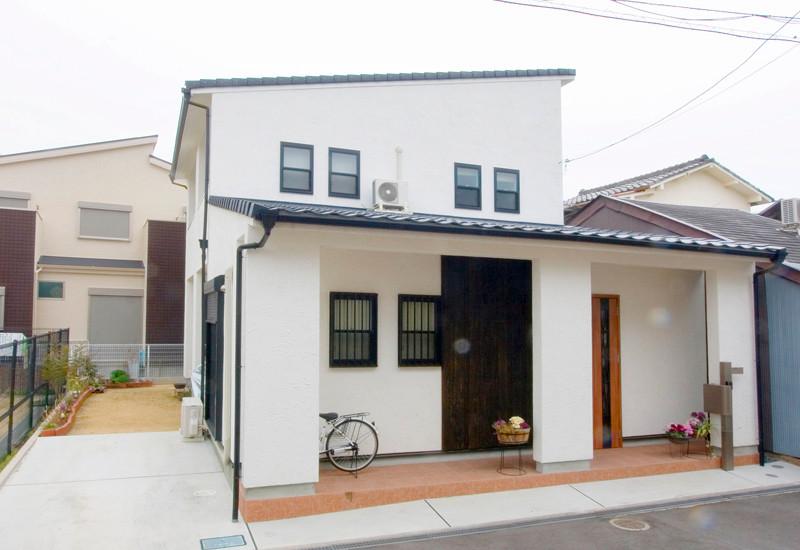東大阪 0宣言の家 出雲建築設計 大阪 自由設計 医師が薦める健康住宅 自然素材住宅 外観 国産陶器瓦 遮熱塗り壁 日射反射率72% 自浄作用 完成見学会