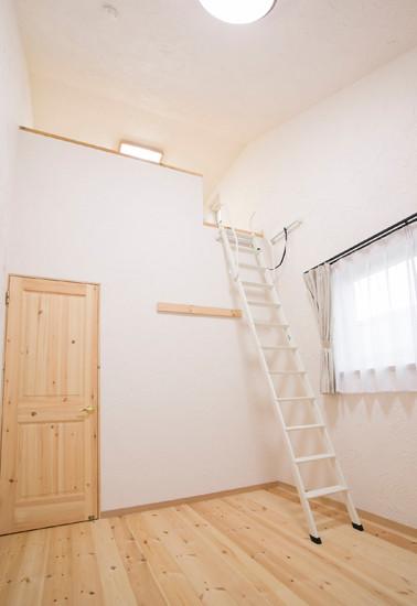 東大阪 0宣言の家 出雲建築設計 大阪 注文住宅 健康住宅 自然素材の家 洋室 無垢床 無垢ドア 勾配天井 スペイン漆喰塗り ロフト ロフトはしご 完成見学会