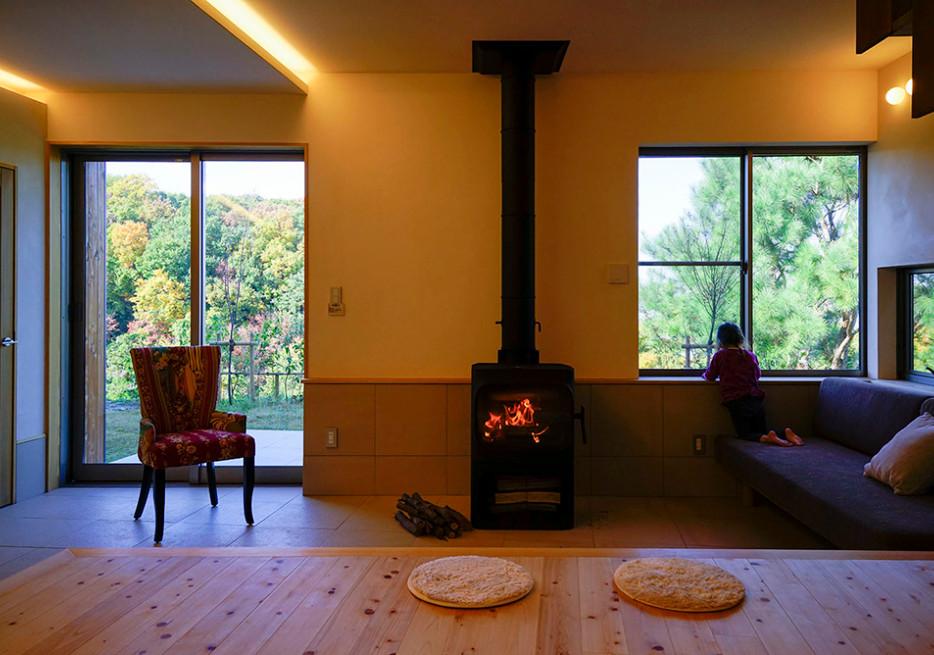 里山 設計士の家 住人十色 出雲建築設計 大阪 東大阪 注文住宅 健康住宅 自然素材の家 リビング 薪ストーブ 漆喰壁 カバードポーチ 間接照明