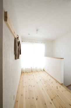 守口 0宣言の家 出雲建築設計 大阪 東大阪 注文住宅 健康住宅 自然素材の家 ファミリースペース 多機能空間 採光 洋服掛け 無垢床 スペイン漆喰塗り 内断熱セルローズファイバー 内部結露防止