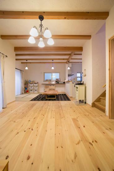東大阪 0宣言の家 出雲建築設計 大阪 自由設計 健康住宅 自然素材の家 リビングダイニング 無垢フローリング パイン材 スペイン漆喰壁 スペイン漆喰天井 調湿効果