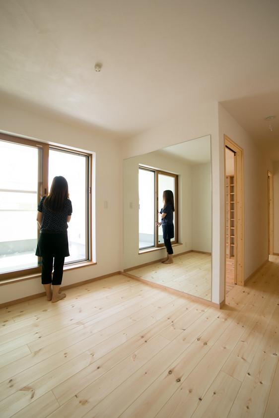八尾 0宣言の家 出雲建築設計 大阪 東大阪 自由設計 医師が薦める健康住宅 自然素材住宅 ダンスルーム 姿鏡 採光 漆喰壁 完成見学会