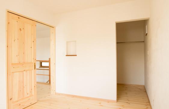 八尾 0宣言の家 出雲建築設計 大阪 東大阪 自由設計 洋室 無垢フローリング 無垢ドア パイン材