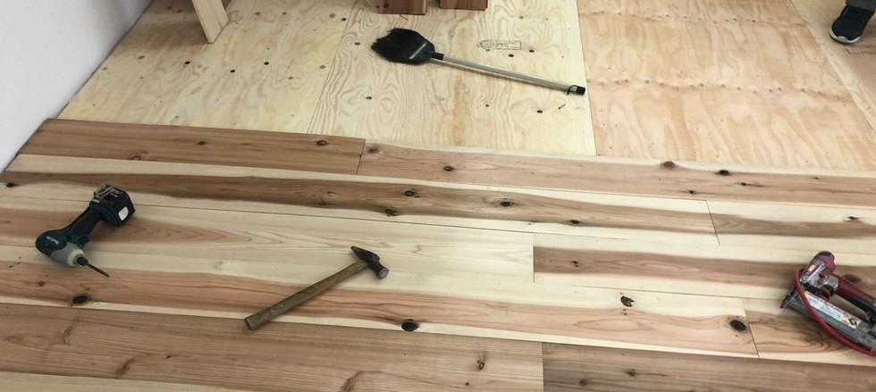 杉床貼り途中