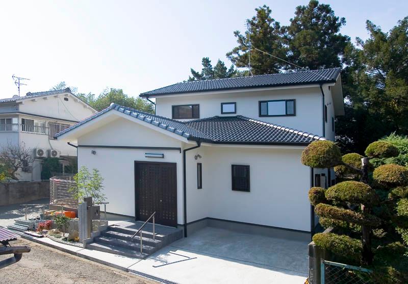奈良 0宣言の家 出雲建築設計 大阪 東大阪 自由設計 健康住宅 自然素材の家 外観 国産陶器瓦 遮熱壁 外断熱 断熱ドア 完成見学会
