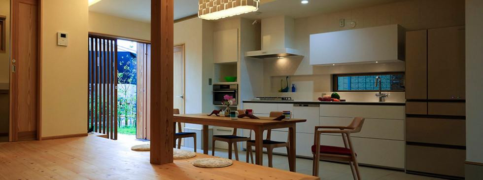 里山 設計士の家 住人十色 出雲建築設計 健康住宅 自然素材住宅 LDK システムキッチン 無垢フローリング