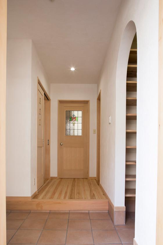八尾 0宣言の家 出雲建築設計 注文住宅 健康住宅 自然素材の家 玄関ホール シューズクローク スペイン漆喰 調湿