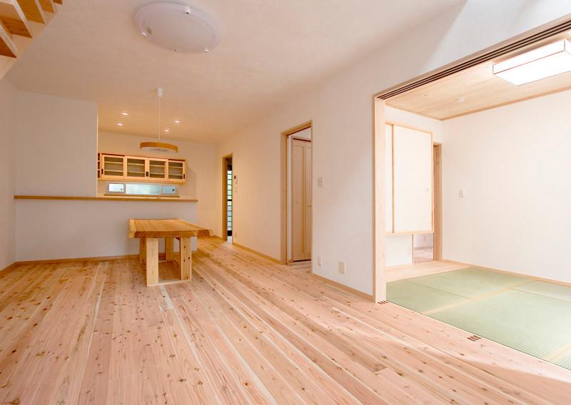 奈良 0宣言の家 出雲建築設計 大阪 東大阪 自由設計 健康住宅 自然素材の家 LDK 無垢フローリング 奇跡の杉 和室隣接 回遊動線 スペイン漆喰 造作テーブル