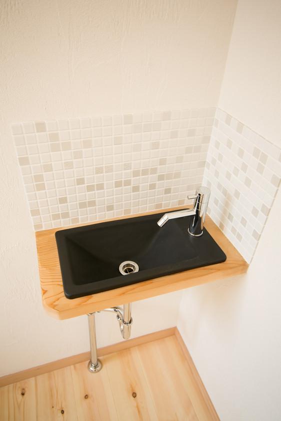 八尾 0宣言の家 出雲建築設計 大阪 東大阪 自由設計 健康住宅 自然素材の家 トイレ内 造作手洗い アクセントタイル