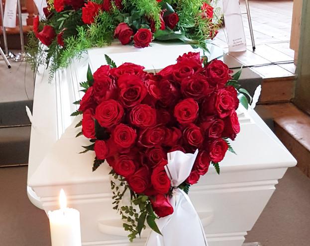 nova-begravelse-kiste-bisettelse01.jpg