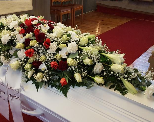 nova-begravelse-kiste-bisettelse02.jpg