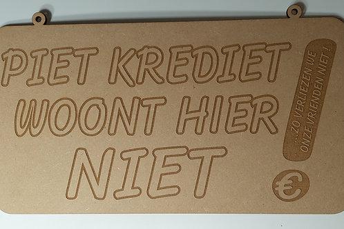 """houten bordje"""" Piet krediet woont hier niet"""" uitgelaserd"""