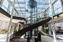 le-lobby-de-l-hotel-tout-de-verre-et-met